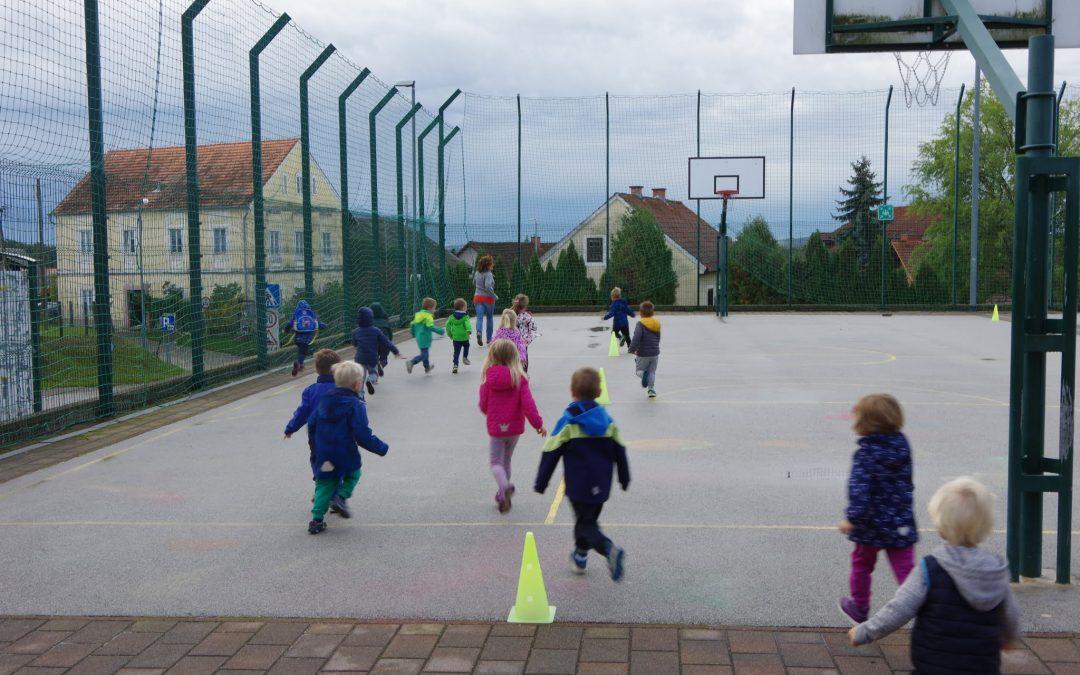 Otroci tečejo